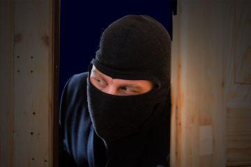 Gemaskerde inbreker sluipt binnen via de deur