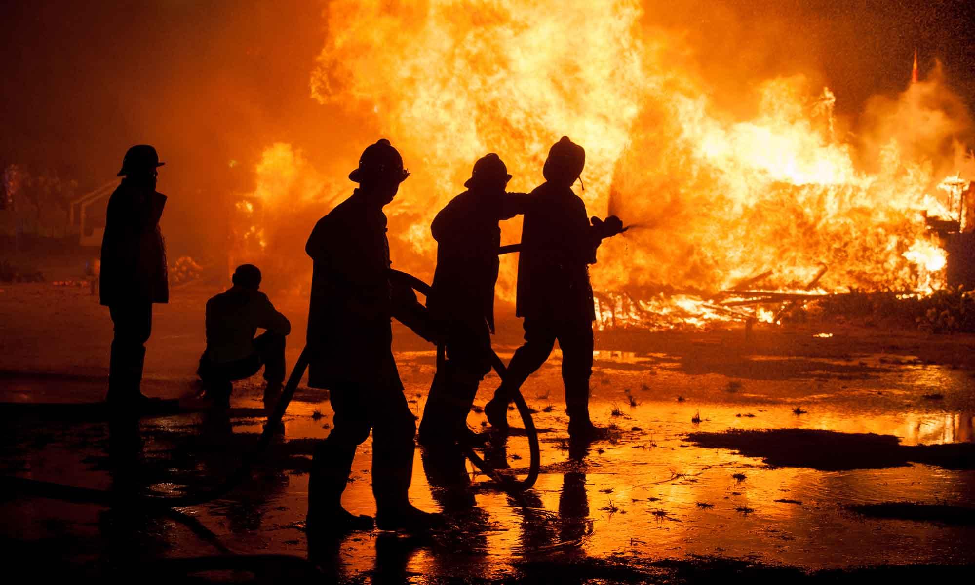 Brandweermannen blussen een brand