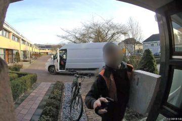 Pakjesbezorger aan de deur