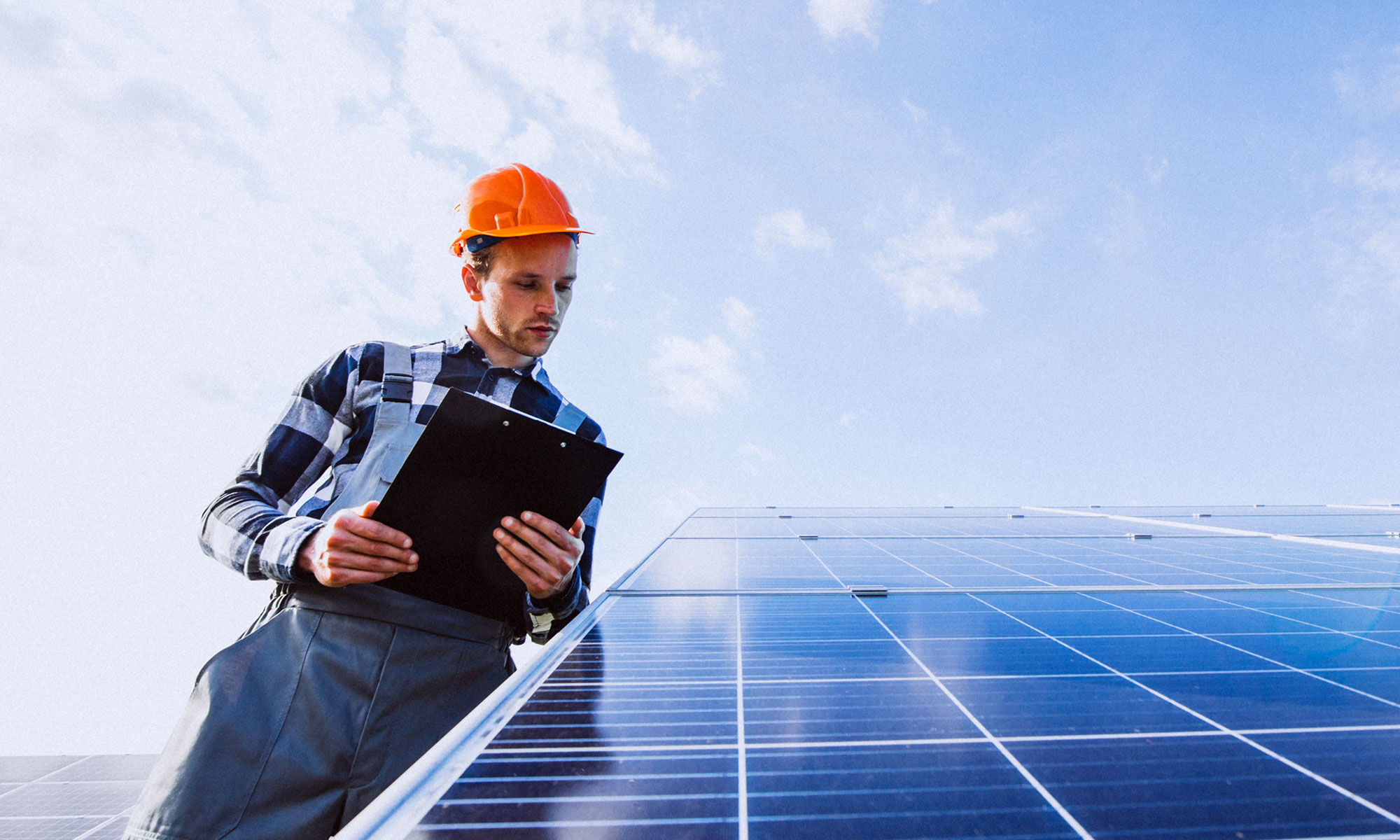 Installateur controleert zonnepanelen